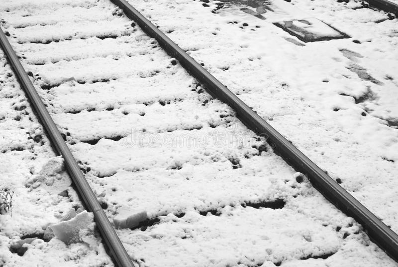 Trilhas de estrada de ferro nevado fotos de stock