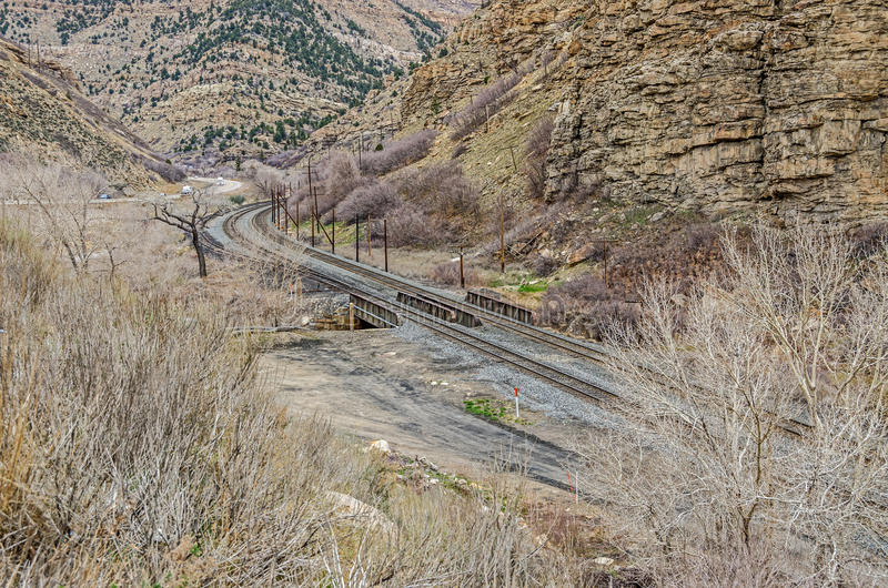 Trilhas de estrada de ferro que curvam-se longe da estrada imagem de stock royalty free