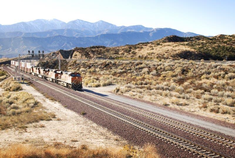 Trilhas de estrada de ferro um trem no deserto americano foto de stock