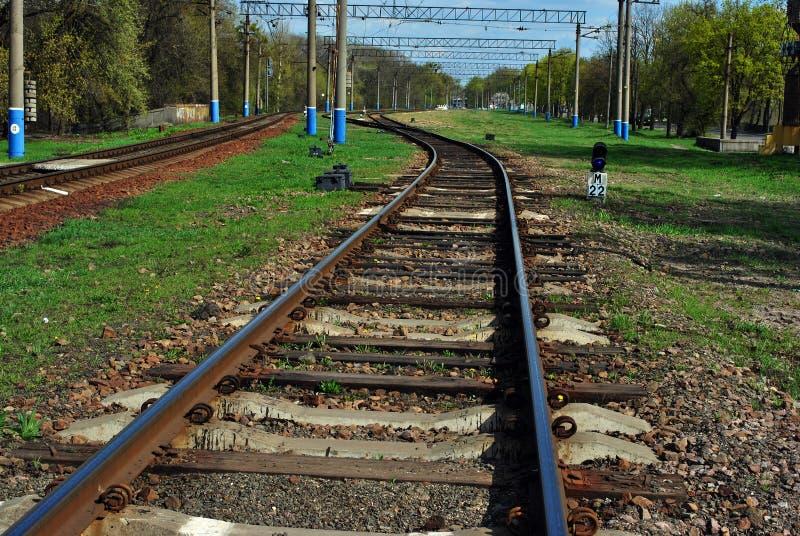 Trilhas de estrada de ferro e de cidade de Kharkiv paisagem no horizonte, dia do parque de mola fotografia de stock