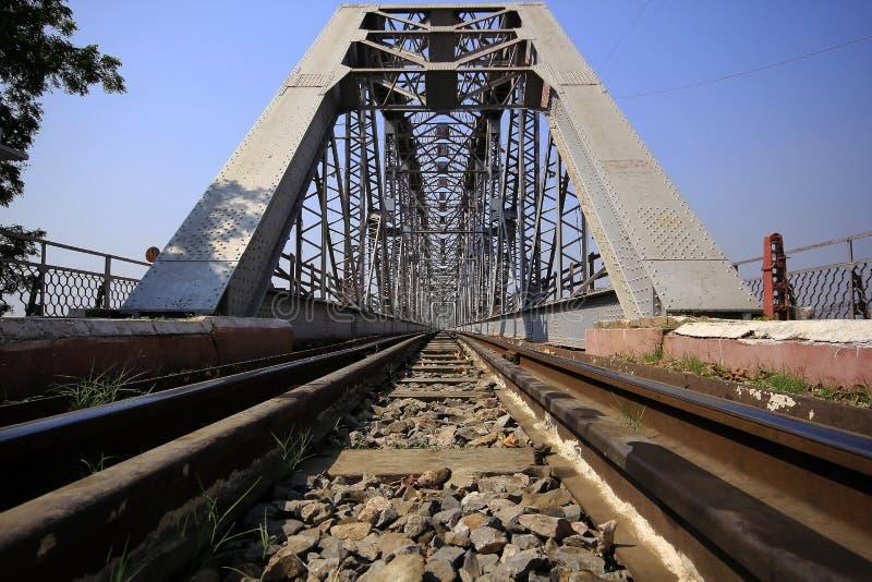 Trilhas de estrada de ferro e pontes de aço em myanmar fotografia de stock