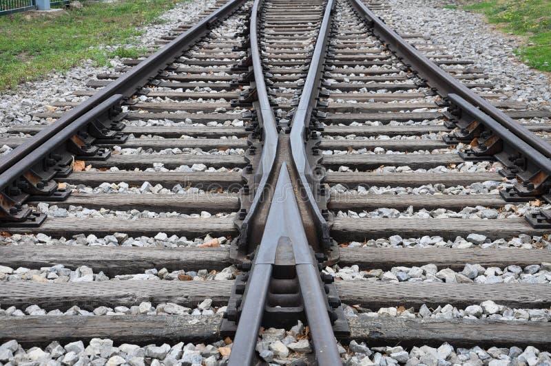 Trilhas de estrada de ferro que cruzam-se junto com a extensão dianteira fotos de stock royalty free