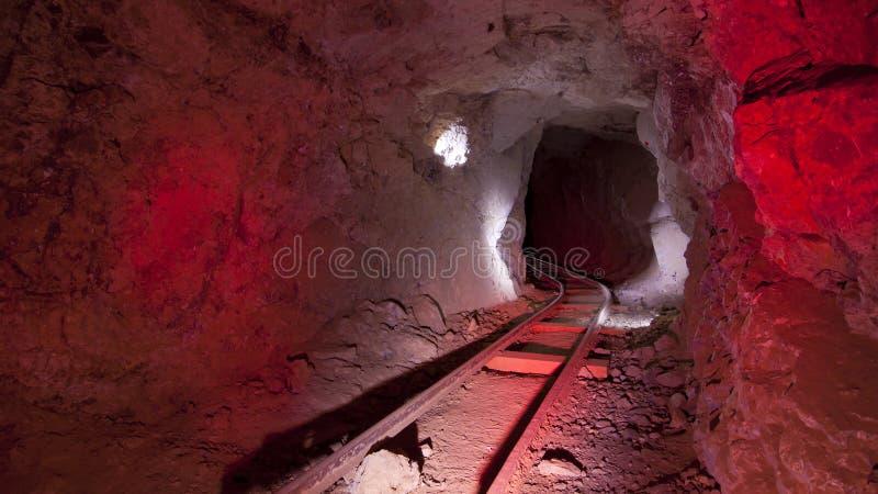 Trilhas de mina vermelhas subterrâneas imagens de stock royalty free