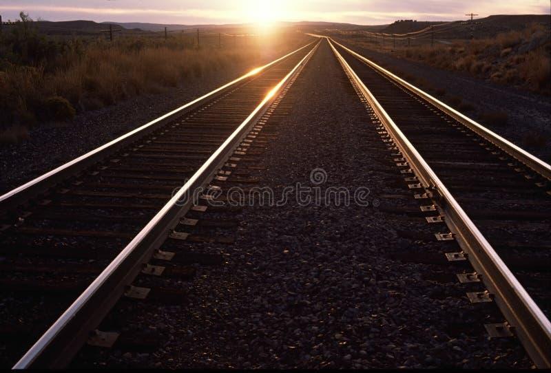 Trilhas de Railorad, por do sol imagem de stock