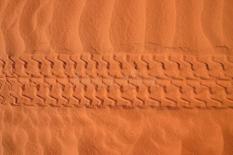Trilhas do carro na areia foto de stock