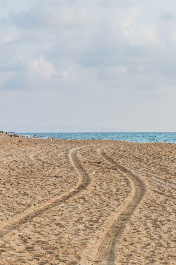 Trilhas do carro na areia que vai ao mar Tiro vertical Paisagem da natureza fotografia de stock