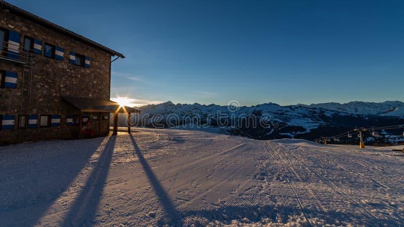 Trilhas do esqui no por do sol imagens de stock royalty free