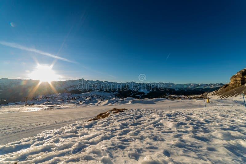 Trilhas do esqui no por do sol foto de stock royalty free