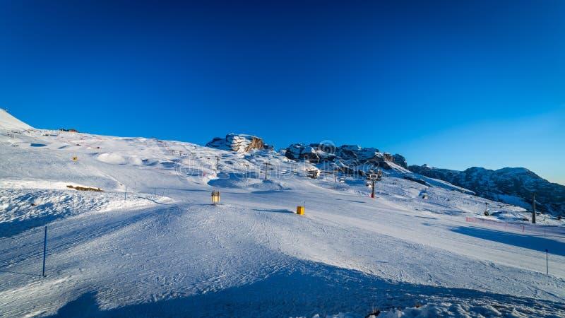 Trilhas do esqui no por do sol imagem de stock