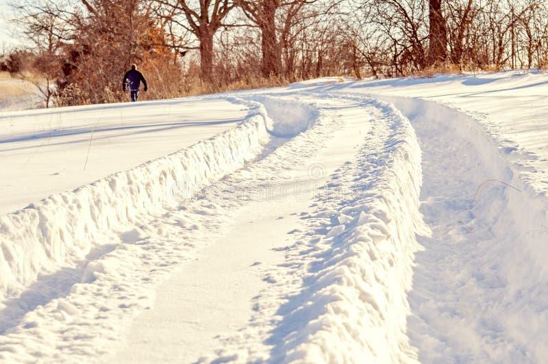 Trilhas do pneu do trator na neve profunda fotografia de stock