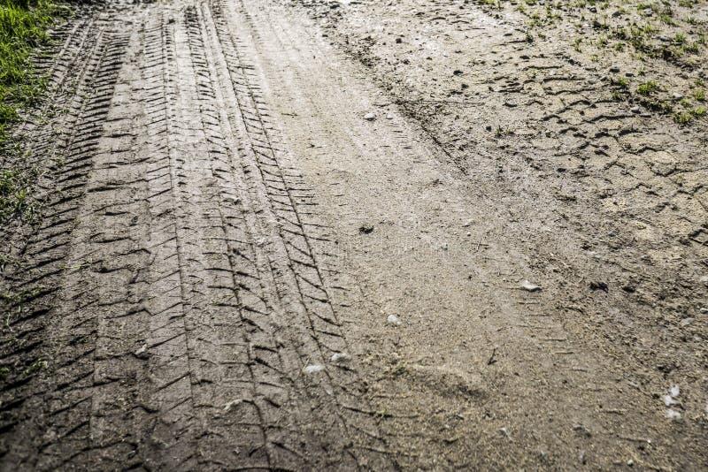 Trilhas do pneu em uma entrada de automóveis enlameada fotos de stock royalty free