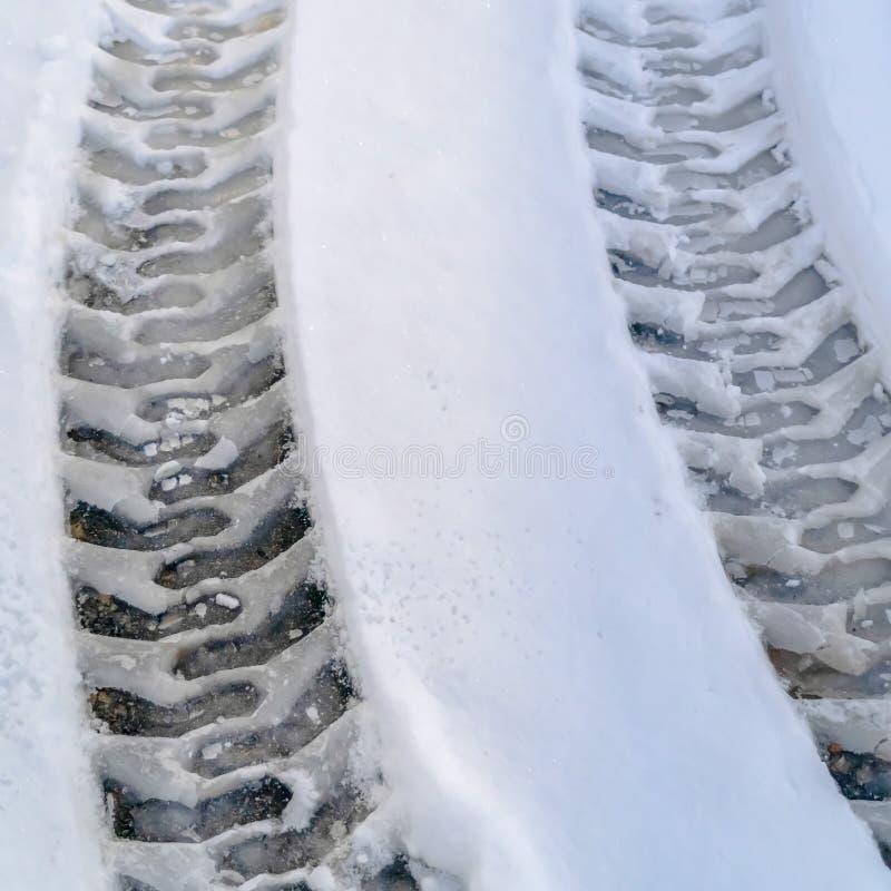 Trilhas do pneu na estrada coberto de neve em Eagle Mountain imagem de stock royalty free