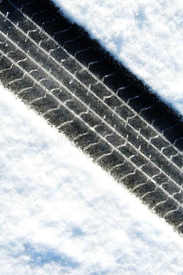 Trilhas do pneu na neve foto de stock royalty free
