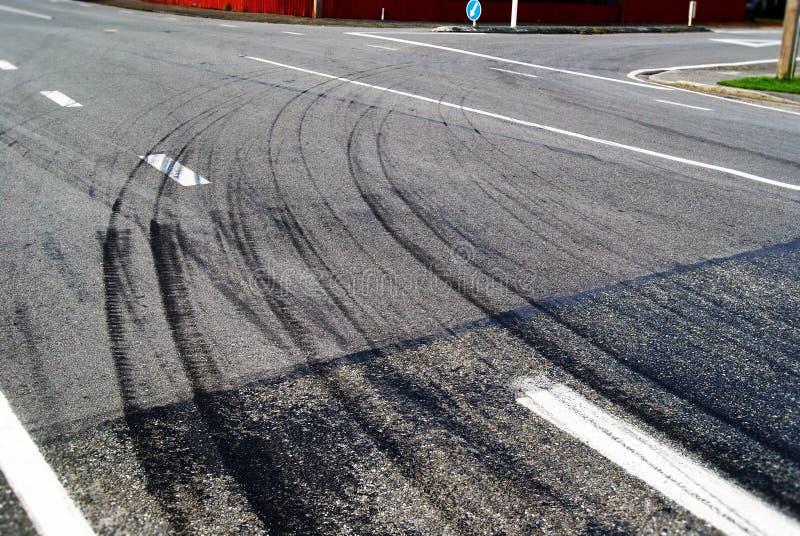Trilhas do pneumático em uma estrada quente foto de stock royalty free