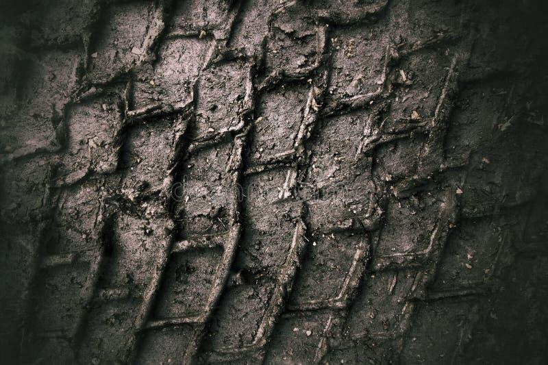 Trilhas do pneumático na lama imagens de stock royalty free