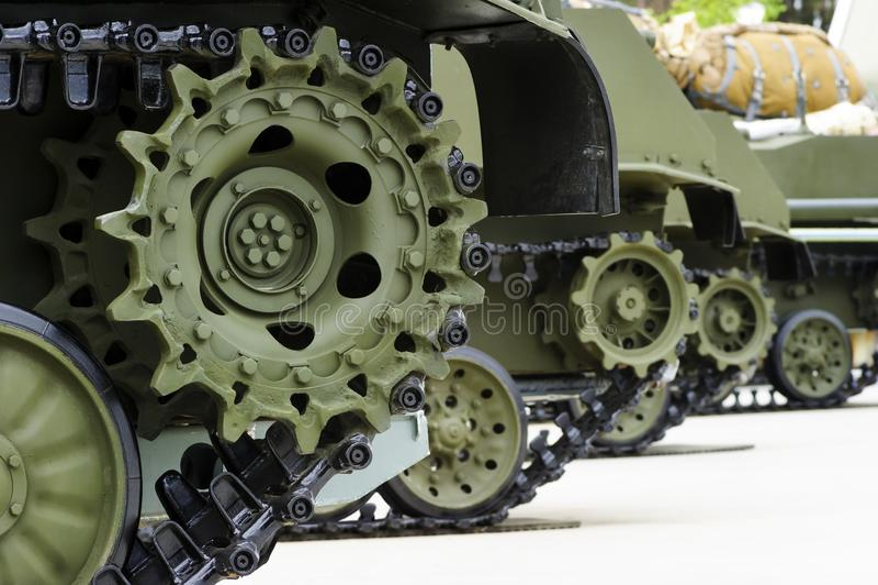Trilhas do tanque na fileira fotografia de stock royalty free