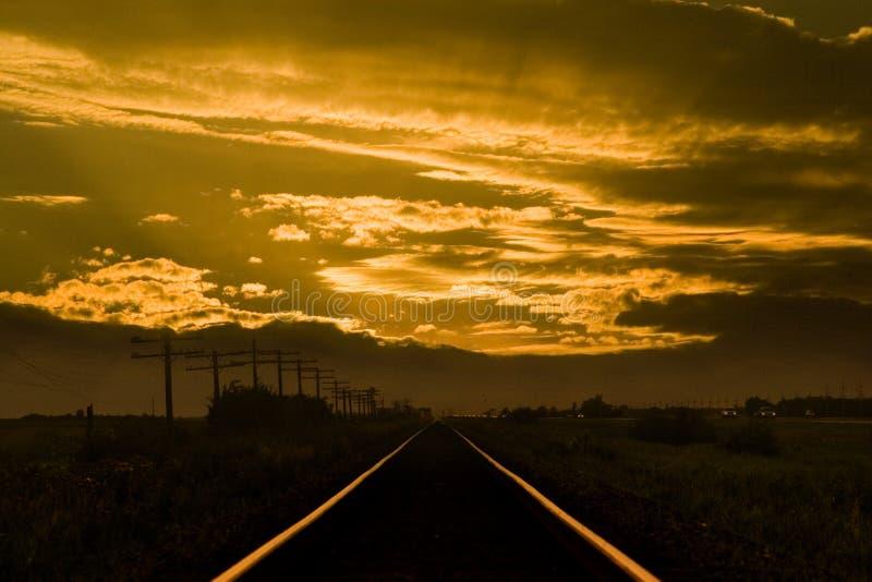 Trilhas do trem do por do sol foto de stock royalty free