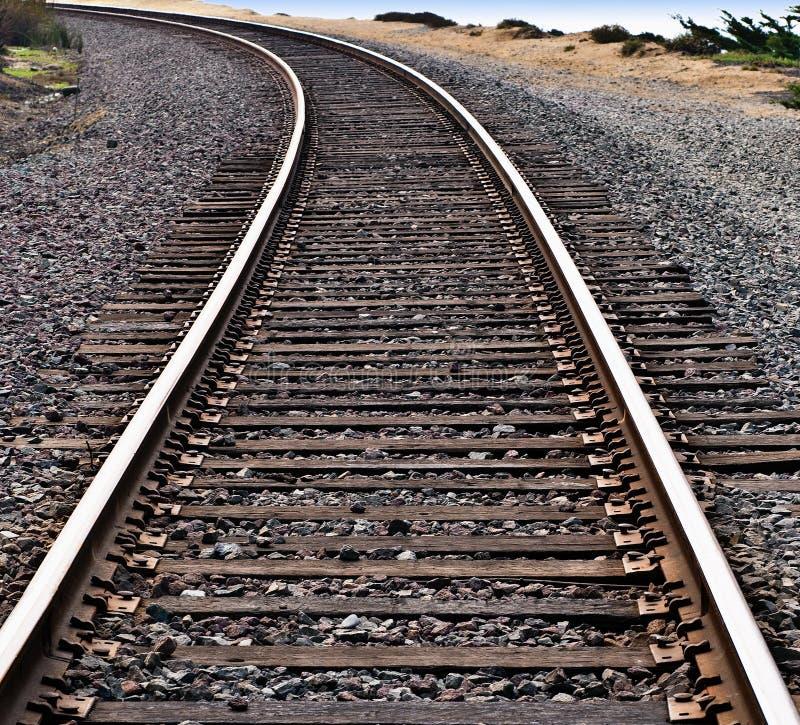 Trilhas do trem em torno de uma curva fotografia de stock