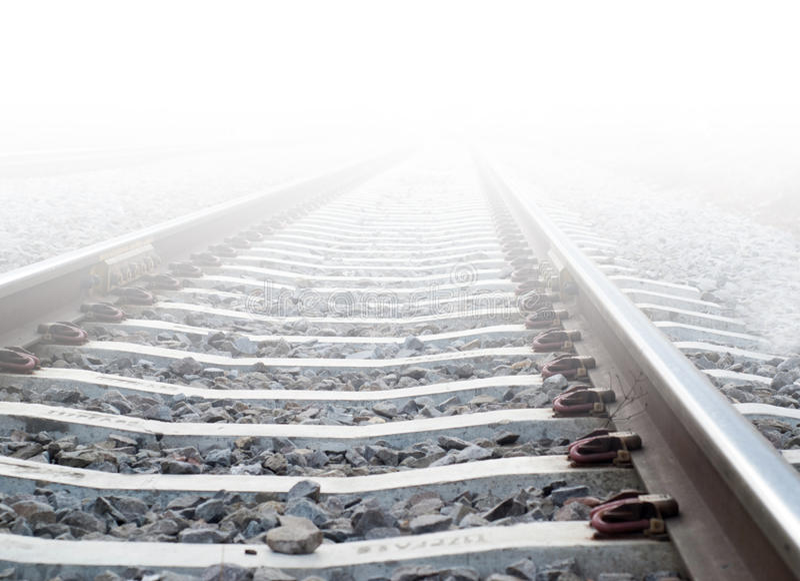 Trilhas do trem na névoa pesada imagem de stock royalty free
