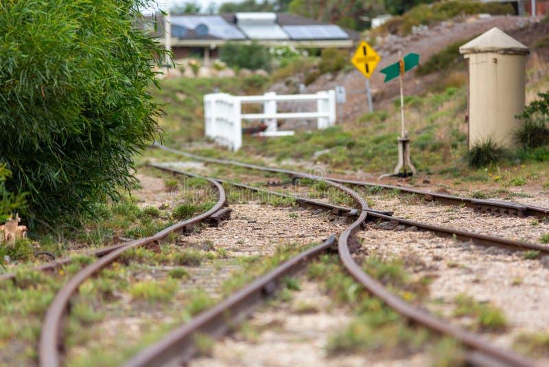 Trilhas do trem no estação de caminhos de ferro do goolwa no Sul da Austrália do goolwa da península do fleurieu o 3 de abril de  foto de stock