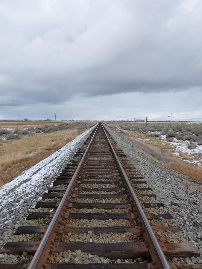 Trilhas do trem no terreno do inverno imagem de stock