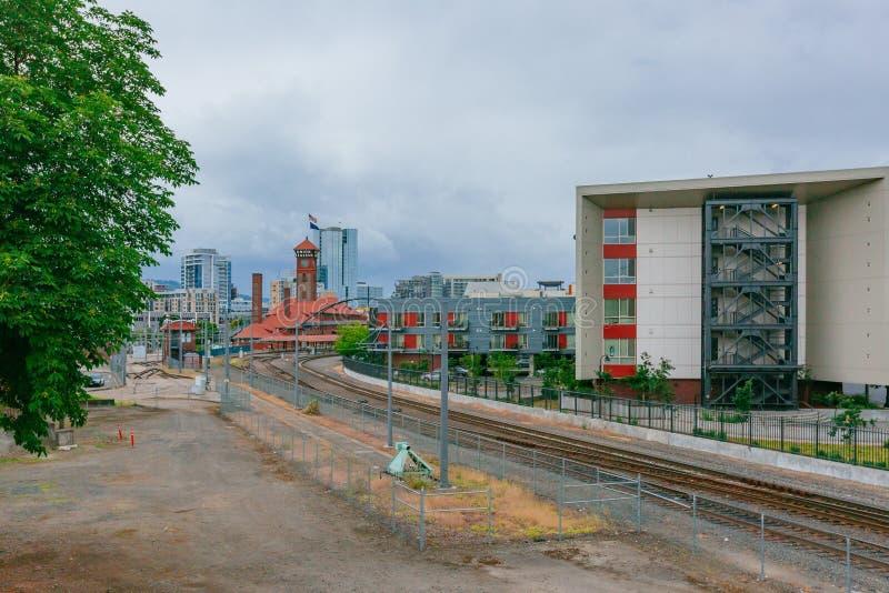 Trilhas do trem que conduzem à estação da união em Portland do centro, EUA fotos de stock royalty free