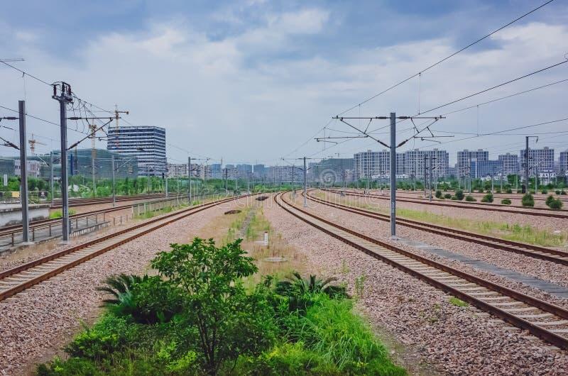 Trilhas e construções do trem vistas da estrada de ferro do leste Sta de Hangzhou imagem de stock royalty free