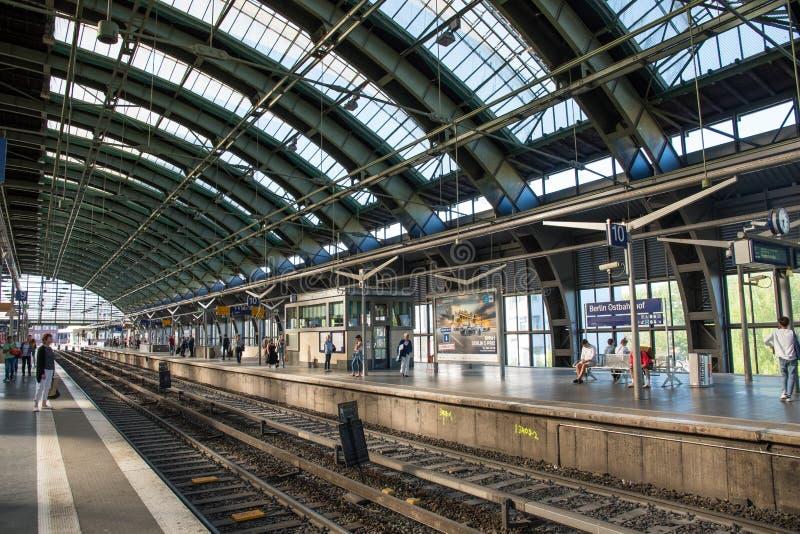 Trilhas e plataformas na esta??o de estrada de ferro de Berlin Ostbahnhof fotos de stock