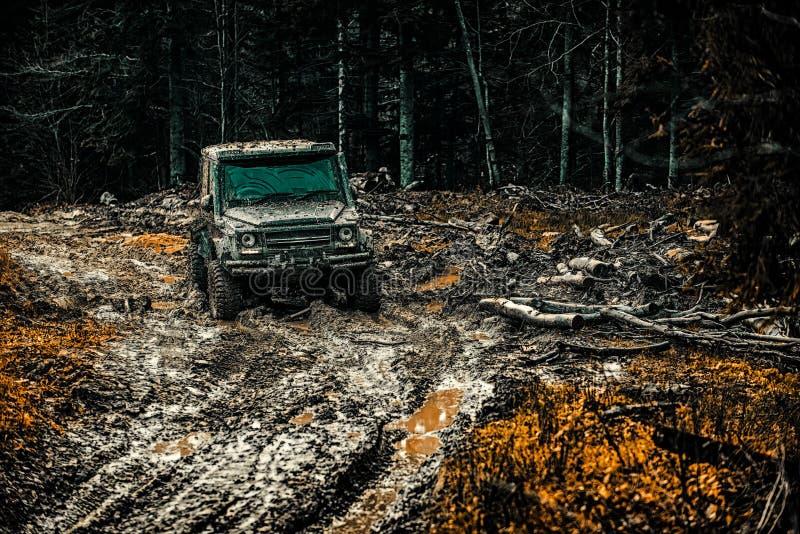 Trilhas em um campo enlameado Suv do safari Fora do curso da estrada na estrada da montanha Trilha na lama carro fora de estrada  fotos de stock royalty free