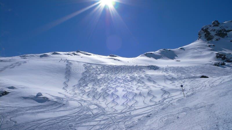 Trilhas frescas, inclinações do esqui imagem de stock royalty free