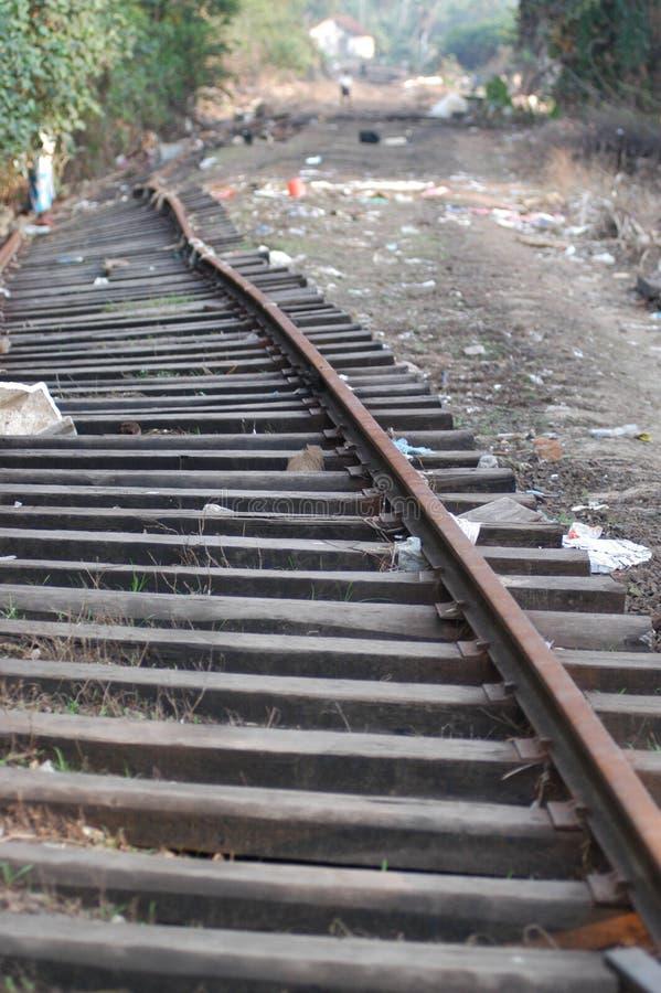 Trilhas quebradas do trem fotografia de stock