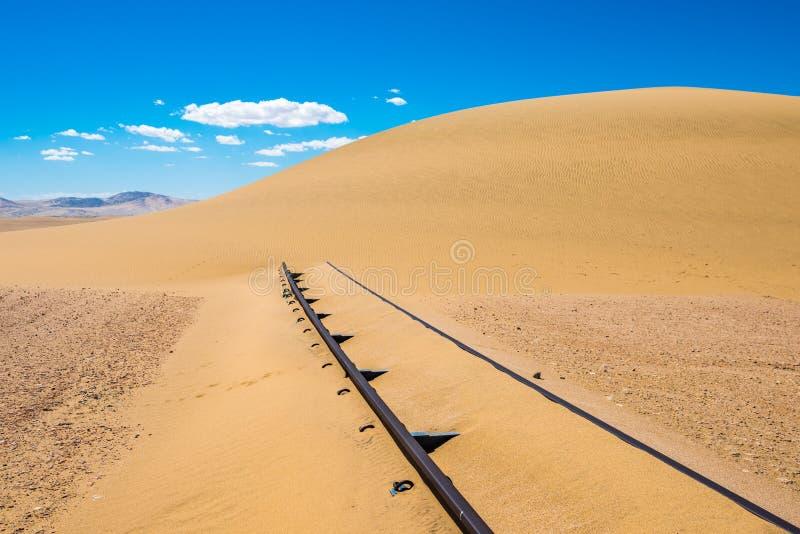 Trilhas Railway ap?s a tempestade de areia, Nam?bia foto de stock