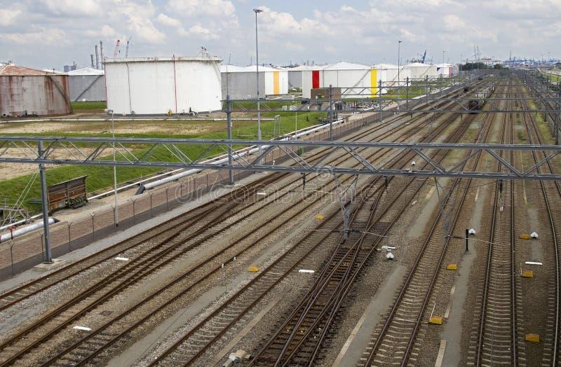 Trilhas Railway e silos do petróleo imagem de stock royalty free