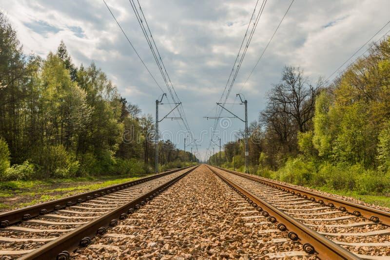Trilhas railway paralelas e linhas aéreas imagem de stock royalty free