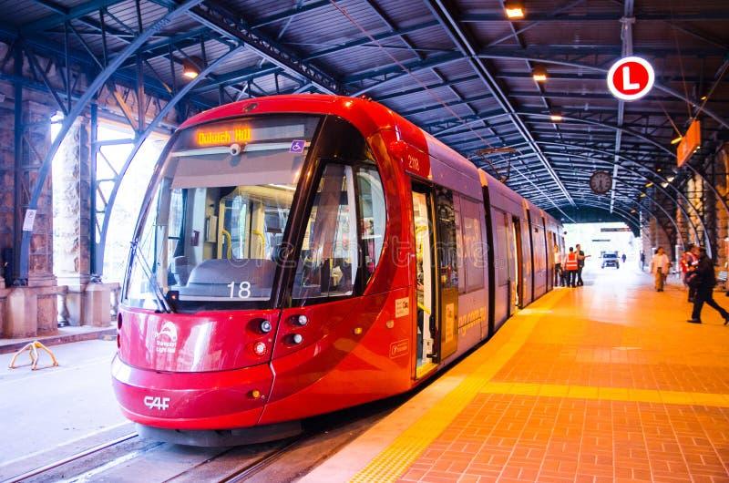 Trilho da luz vermelha na trilha na estação de trem central foto de stock royalty free