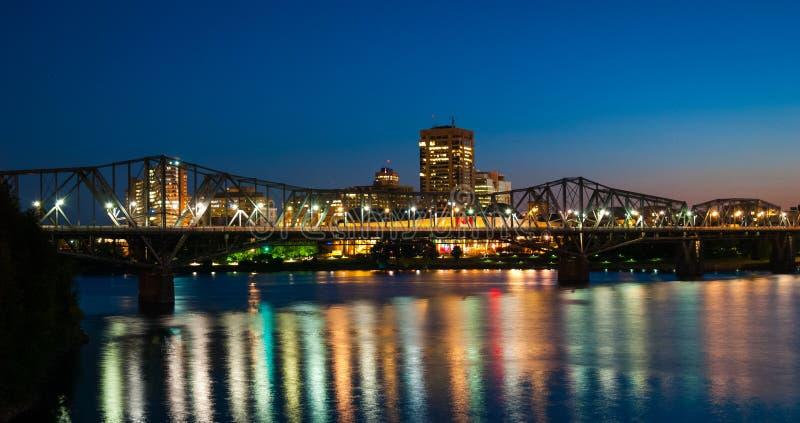 Trilho de Alexandra e ponte do tráfego na noite imagens de stock royalty free
