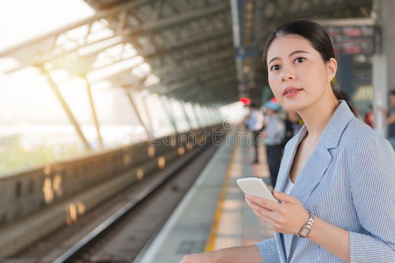 Trilho de alta velocidade de espera da jovem mulher imagens de stock