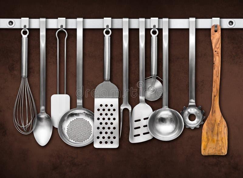 Trilho do metal com ferramentas da cozinha imagem de stock royalty free