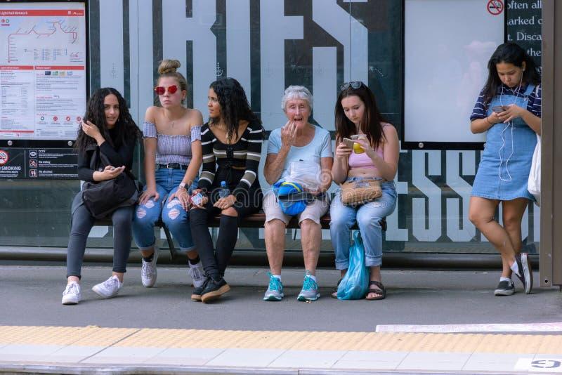 Trilho leve de espera do turista em mercados do ` s da almofada do ` s de Sydney fotos de stock