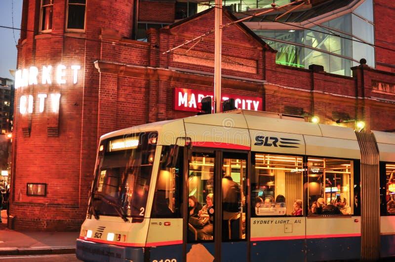 Trilho leve que corre através da cidade do mercado em Sydney Chinatown na noite imagens de stock