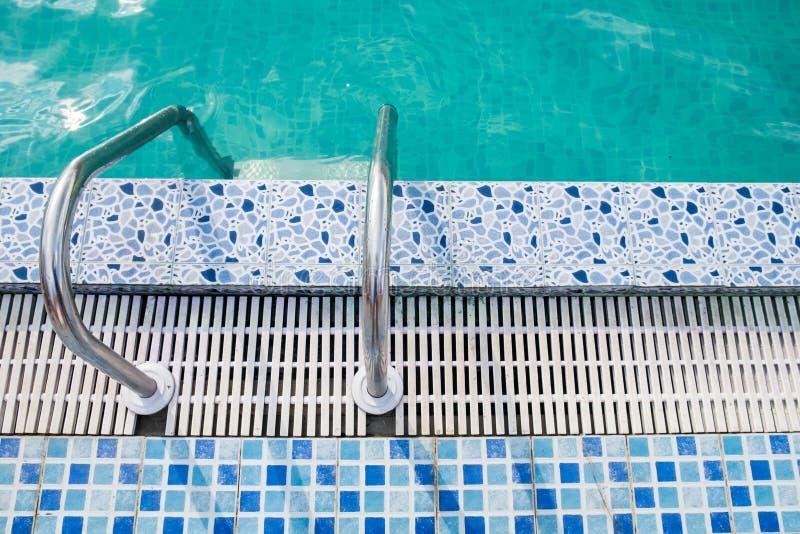 trilhos ao lado da piscina no parque da água fotos de stock