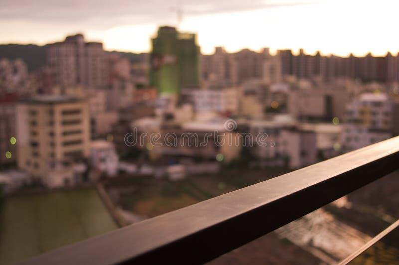 Trilhos com skyline e por do sol foto de stock
