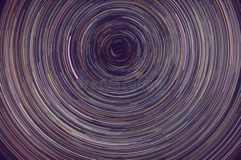Trilhos das estrelas - listras leves de estrelas no céu noturno devido à rotação da Terra fotografia de stock