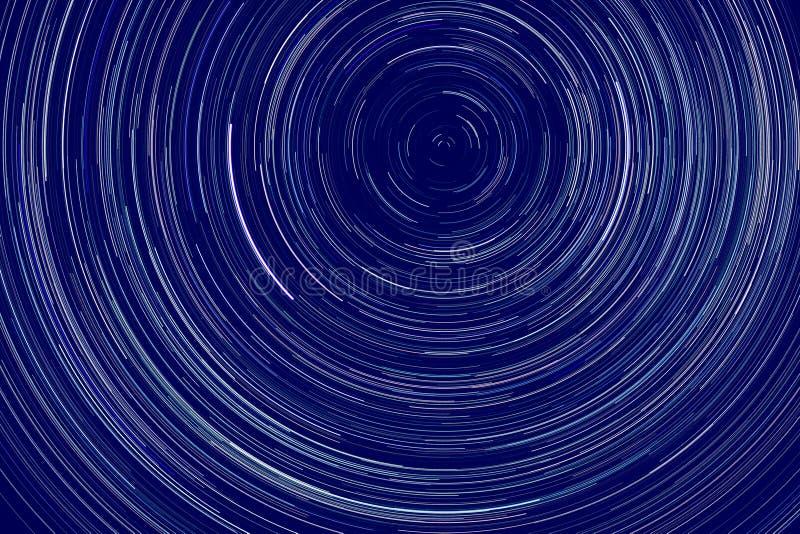 Trilhos das estrelas - listras leves de estrelas no céu noturno devido à rotação da Terra fotos de stock royalty free