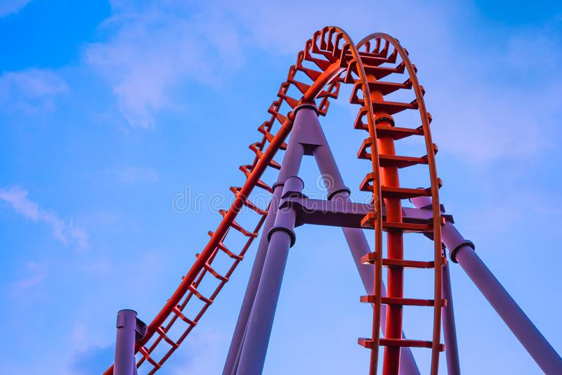 Trilhos do bonde ou montanha russa vazia do laço com o céu azul no amuseme imagem de stock royalty free