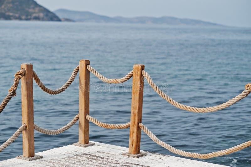 Trilhos do corrimão na corda marinha e no mar Mediterrâneo de madeira de Turquia fotos de stock royalty free