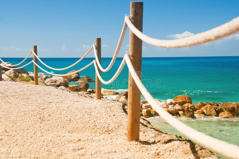 Trilhos do corrimão no mar Mediterrâneo marinho de Moraira da corda e da madeira imagem de stock royalty free