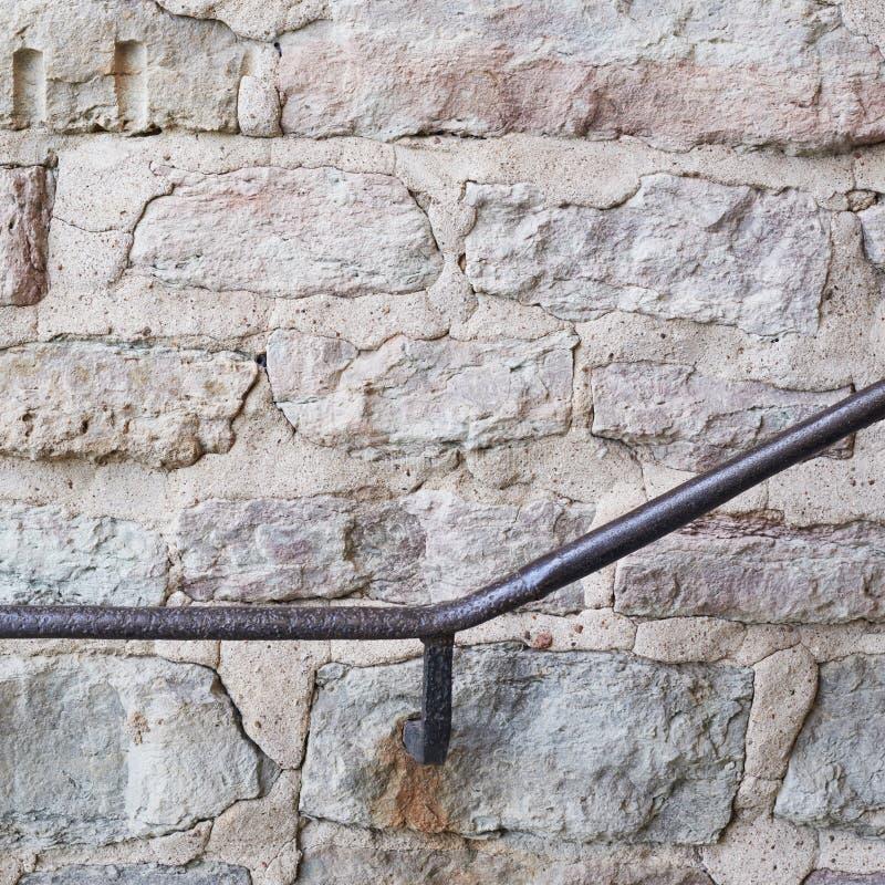 Trilhos do metal na parede velha foto de stock royalty free
