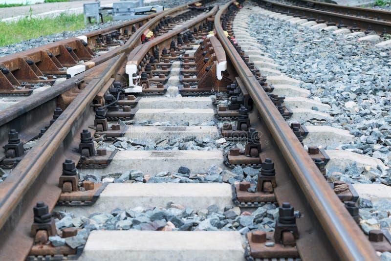 Trilhos e dorminhocos concretos Estrada de ferro da forquilha Atirador do trilho fotografia de stock