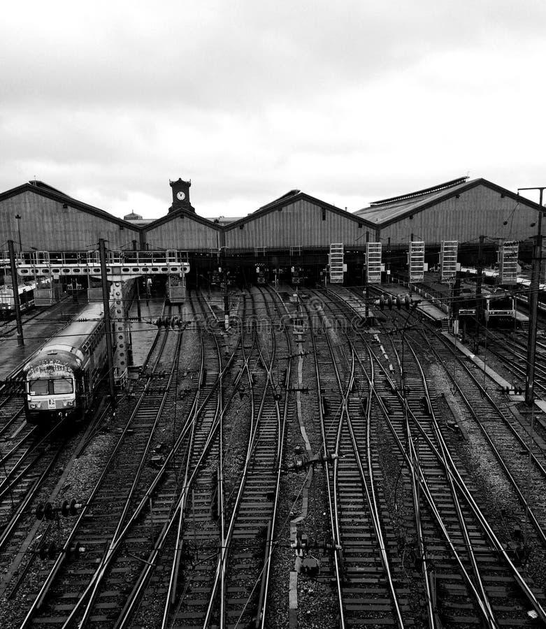 Trilhos em um estação de caminhos-de-ferro fotos de stock
